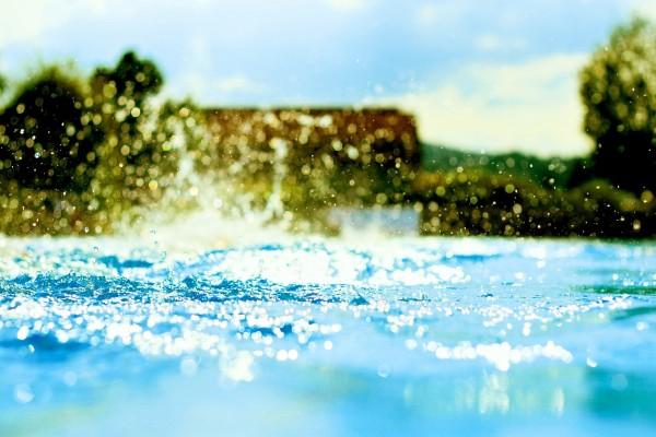 Agua brillante