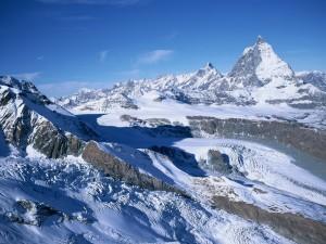 Postal: Nieve blanca sobre las montañas