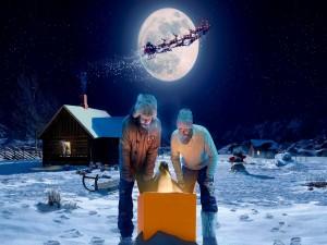 Hombres y un pingüino admirando una caja la noche de Navidad