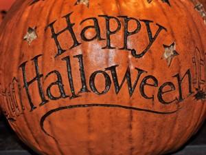 """Postal: """"Feliz Halloween"""" tallado en una calabaza"""