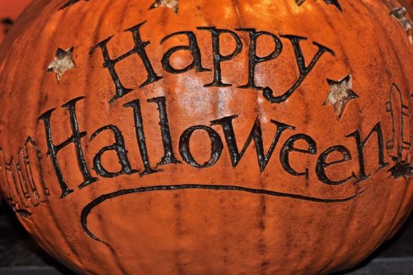 """""""Feliz Halloween"""" tallado en una calabaza"""