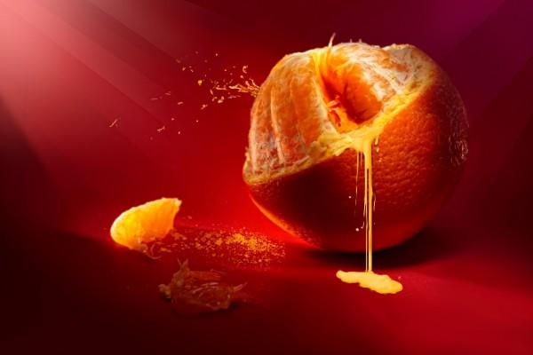 Jugo y gajos de una naranja