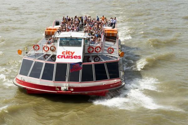 Buque turístico en el río Támesis, Londres