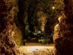 Camino iluminado en la mina de Monsted Limestone