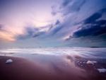 Un bonito cielo reflejado en la orilla del mar