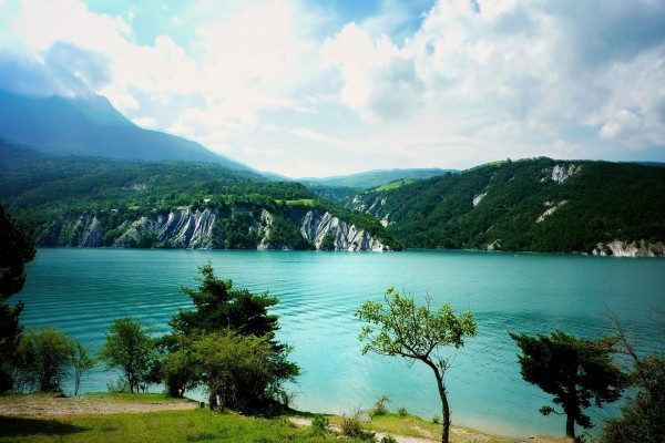 Un lago rodeado de montañas y bosques