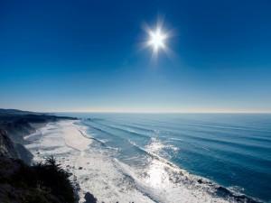 El sol brillando sobre el mar y la costa