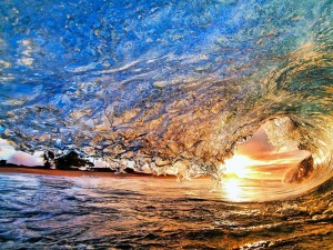 Postal: El sol de la tarde visto en la onda de la ola