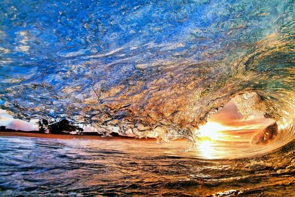 El sol de la tarde visto en la onda de la ola