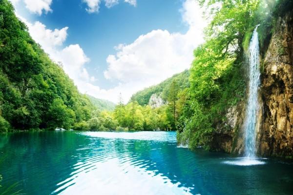 Cascada en el remanso de un río