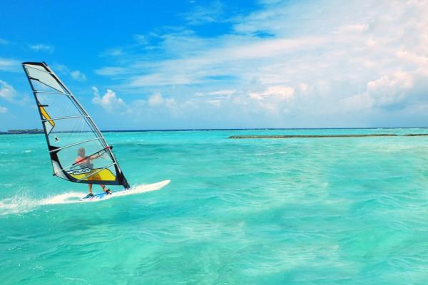 Practicando windsurf en aguas turquesas