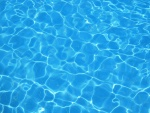 Agua azul en una piscina