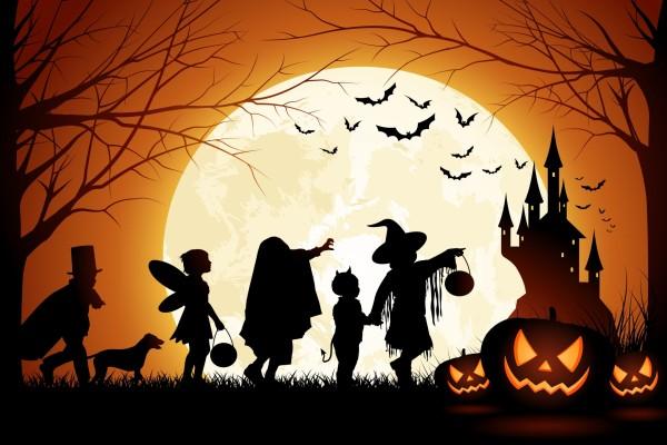 Niños llegando al castillo embrujado en la noche de Halloween