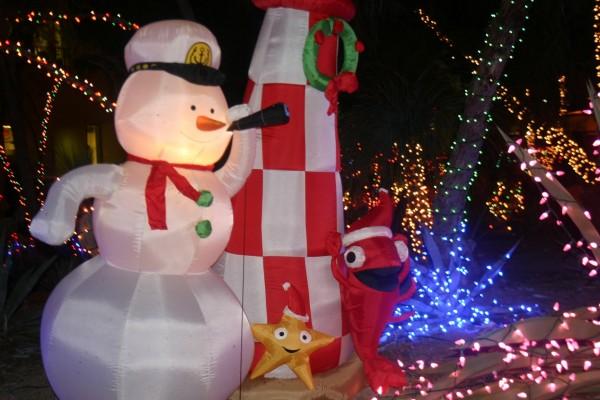 Muñecos y luces para decorar casas en Navidad