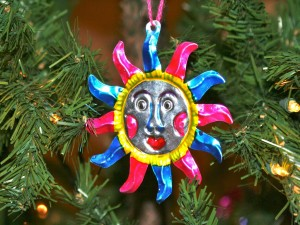 Postal: Un sol mexicano colgado en el árbol de Navidad