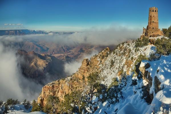 Nieve y niebla en las montañas
