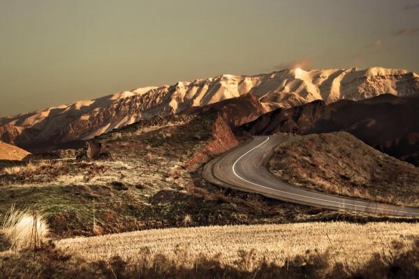 Carretera hacia las colinas blancas