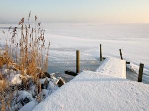 Pasarela cubierta de nieve