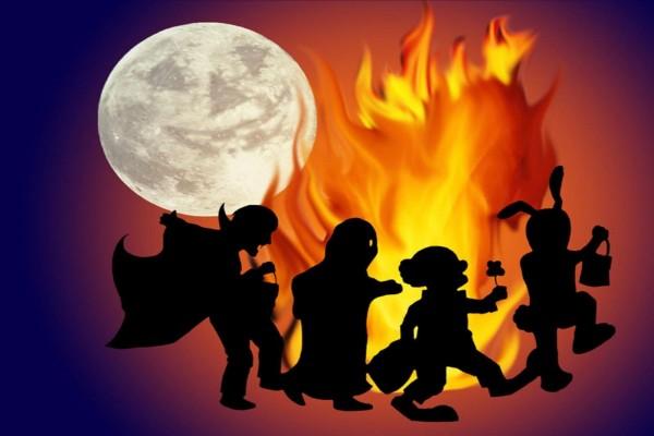 Niños junto al fuego en la noche de Halloween