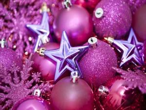 Postal: Bolas fucsia y estrellas moradas para decorar en Navidad