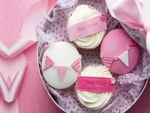 Feliz cumpleaños con cupcakes decorados en color rosa y blanco