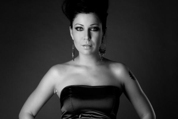 Una guapa mujer en blanco y negro