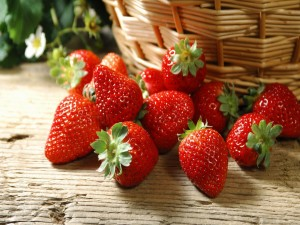 Fresas junto a una cesta de mimbre