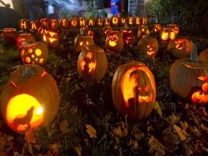 "Postal: Calabazas talladas e iluminadas y ""Feliz Halloween"""