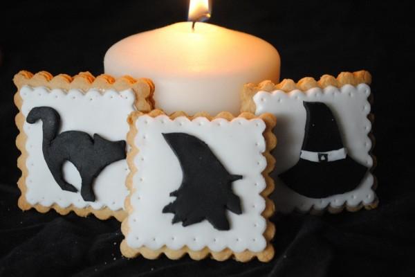 Galletas de bruja junto a una vela el día de Halloween
