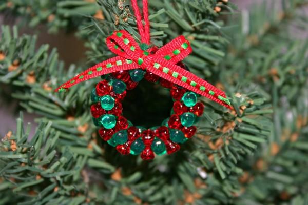 Adorno verde y rojo colgado en el árbol de Navidad