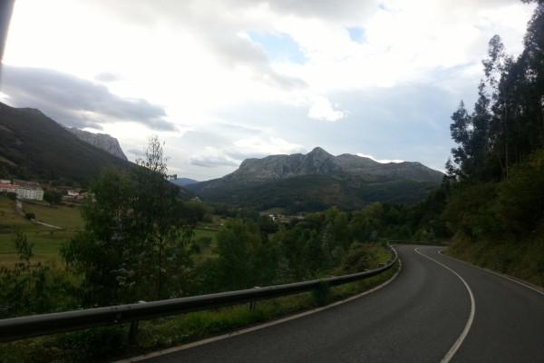 Un pueblo y montañas vistos desde la carretera