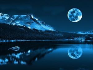 La Luna se mira en el lago