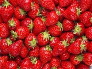 Fresas brillantes con pequeñas gotas de agua