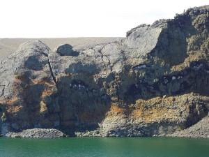 Acantilado en la pared oriental del cráter de la Laguna Azul (Argentina)