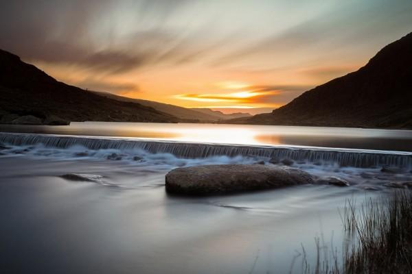 Amanecer en el río y  las montañas