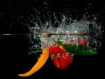 Verduras cayendo al agua