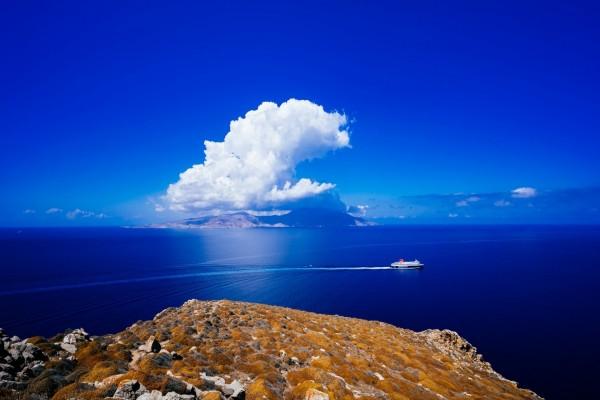 Una embarcación vista desde una gran roca