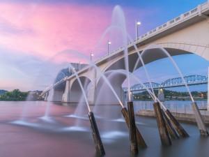 Un puente y chorros de agua bajo un cielo rosado en Chattanooga