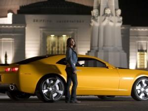 Megan Fox junto al Chevrolet Camaro amarillo en Transformers