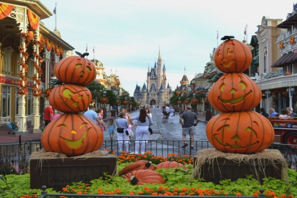 Calle en Disney decorada por Halloween