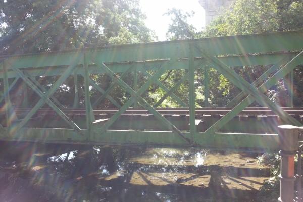 Rayos de sol iluminando un puente de hierro