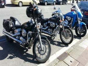 Postal: Tres preciosas motos aparcadas en una calle