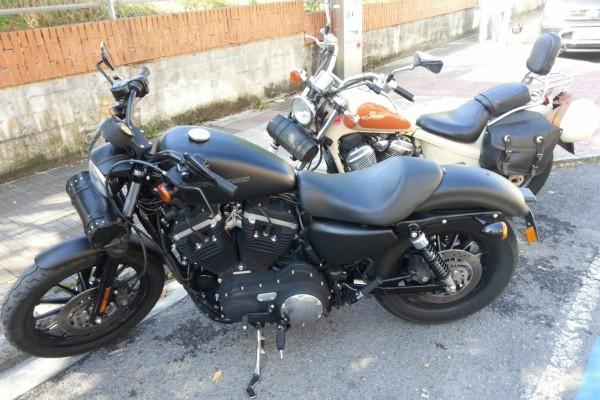 Una moto negra y junto a una blanca