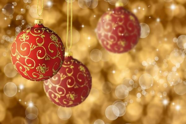 Bonitas bolas de Navidad rojas y doradas