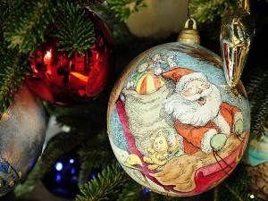 El viaje de Santa en una bola colgada del árbol de Navidad