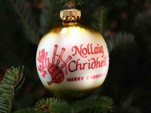 """Postal: """"Feliz Navidad"""" escrito en una bola colgada del árbol"""