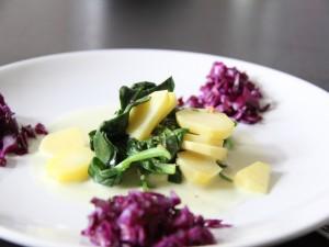 Plato vegano con patatas, espinacas y col morada