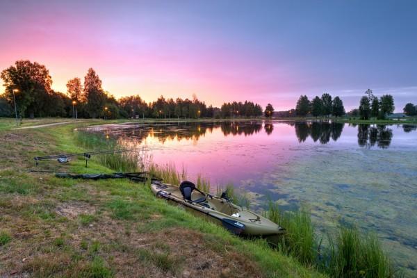 Una canoa a orillas del lago