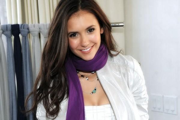 La actriz Nina Dobrev sonriendo