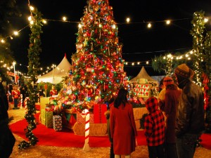 Postal: Gente admirando un bonito árbol de Navidad